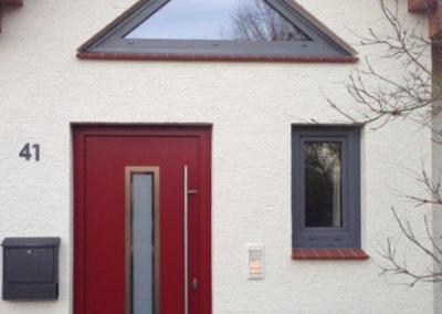 Tischlerei Brümmer- Moderne Haustür in Rot mit Lichtauschnitt - Dreieckselement - kleines Fenster