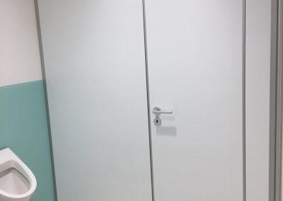 Glasrückwand für Firmen WC und WC-Trennwand