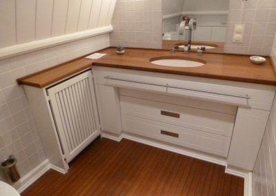 Waschtischschrank weiß lackiert mit massiver Holzwaschtischplatte Tischlerei Brümmer