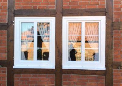 Tischlerei Brümmer Fenster Kunststoff weiß mit Sprossen und weißer Alubank